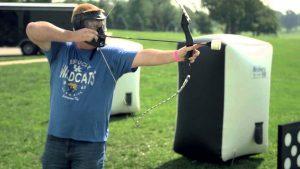 Archery tag man schiet pijl en boog